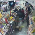 Policía somete a asaltantes en un Oxxo de Tlalpan
