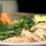 Tazón de arroz integral con verduras y pollo