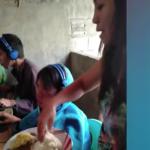 (VIRAL) Madre le da de comer a su hijo en la boca mientras él juega en línea