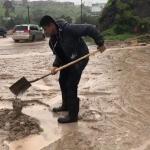 Personal de Servicios Públicos retiran basura y lodo de las calles para evitar accidentes