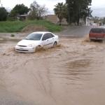 Automovilistas hacen caso omiso a no circular por vados inundados