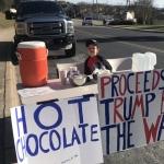 Niño vende chocolate para ayudar a financiar el muro de Trump