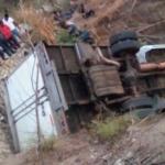 Migrantes sufren volcadura de camión, mueren 25