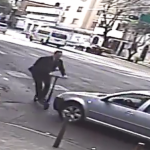 (VIDEO) Auto se da a la fuga después de atropellar a persona en scooter
