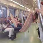 Cuelga su hamaca para viajar cómodo en el metro de Medellín