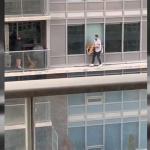 Camina por la cornisa de edificio para salvar a su gato