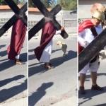 """Perro callejero defiende a """"Jesús"""" durante Viacrucis"""