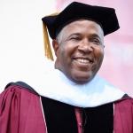 Pagará multimillonario la deuda estudiantil de casi 400 graduados en EE.UU