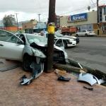 Choca vehículo contra poste en la zona centro de Ensenada