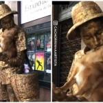 Pretende perrito ser estatua para trabajar con su dueño
