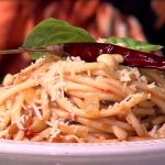 Espagueti con salsa de tomate rostizado y piñón