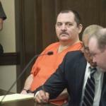 Lo acusan de asesinato y se corta la garganta en pleno juicio