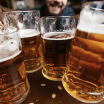 Beber cerveza es mejor que usar crema antiarrugas, asegura estudio