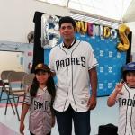 Pitcher de Padres Andrés Muñoz visita Tijuana