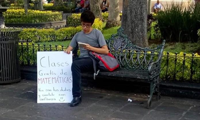 Ofrece joven clases gratis de matemáticas en parque y se hace viral