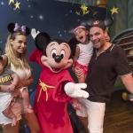 Mickey Mouse le Entrega a Bebé Rocco sus Primeras Orejitas.