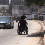 Don Vicente desafía el tráfico para salir adelante