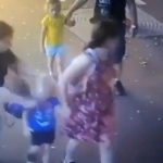 Ataca mujer con cuchillo a dos niños frente a sus padres
