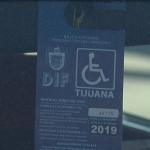 Entregan tarjetones de estacionamiento para discapacidad