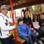 Famosos despiden y reciben el 2019 en Disneyland.