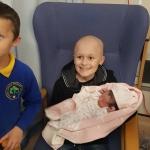 Niño con cáncer terminal resiste para conocer a su hermanita