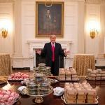 Trump manda traer cientos de hamburguesas para recibir a equipo de fútbol americano