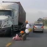 Madre salva a su hijo de ser arrollado por un camión tras caer ambos de una moto