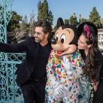 John Stamos celebra primer aniversario de boda en Disneyland.