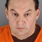 Hombre tira una servilleta, y la policía usa su DNA para acusarlo de asesinato