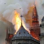 Gran incendio consume la catedral de Notre Dame de París