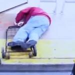 Mata mujer a adulto mayor al empujarlo en un autobús de Las Vegas