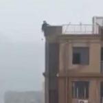 Por tomarse una selfie, muere al caer de edificio