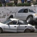 Adulto mayor confunde freno con acelerador y cae sobre un vehículo en Ensenada
