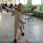 Baila niño afgano al recibir prótesis de su nueva pierna