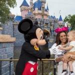 Eva Longoria celebra el primer cumpleaños de su hijo en Disneyland.