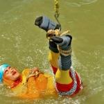 Desaparece mago tras sumergirse encadenado a río en la India