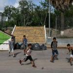 Niños migrantes jugando fútbol con una botella se hace viral