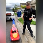 Multa policía a su hija que manejaba su auto de juguete