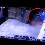 Hombre se salva de ser aplastado por camión de carga