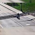 Salva a motociclista que estuvo a punto de morir arrollado por un tren