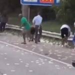 Llueven miles de dólares en carretera de Atlanta