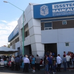 Se suman burócratas a protesta en Issstecali por falta de pago a jubilados