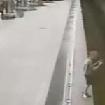 Niño cae en vías del metro por distraerse con su celular