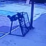 Muere niño al caerle encima la portería en la que se columpiaba en Oaxaca