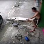 Joven termina electrocutado al intentar lavar su motocicleta