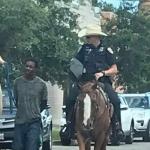 Policías montados jalan a afroamericano con cuerda y causa polémica