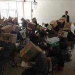 Profesor pone cajas en las cabezas de alumnos para que no copien en los exámenes