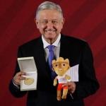 Recibe AMLO medalla de oro por apoyo a deportistas en Panamericanos