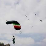 Reportan estable a paracaidista accidentado durante desfile militar