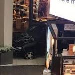 Causa pánico hombre que irrumpe con camioneta dentro de centro comercial en Illinois